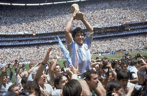 Diego Maradona reconoció que su gol con la mano contra Inglaterra en 1986 hubiese sido anulado. (Foto Prensa Libre: AP).