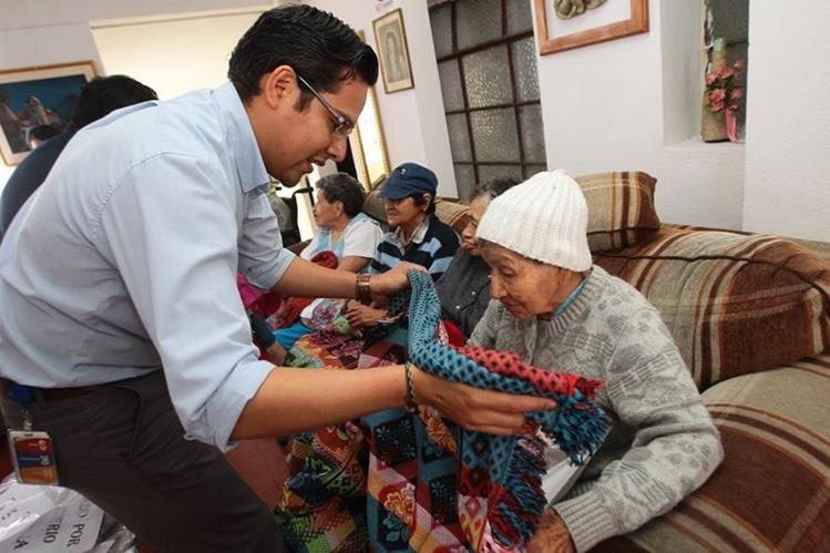 Prensa Libre entregó suéteres, camisas, pantalones y frazadas en el asilo de ancianas San Vicente de Paul, como parte de la campaña Cobijas de Amor. (Foto Prensa Libre: Álvaro Interiano)