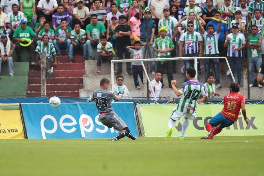 Cristian Álvarez no puede hacer nada ante el disparo de Puerari. (Foto Prensa Libre: Norvin Mendoza)