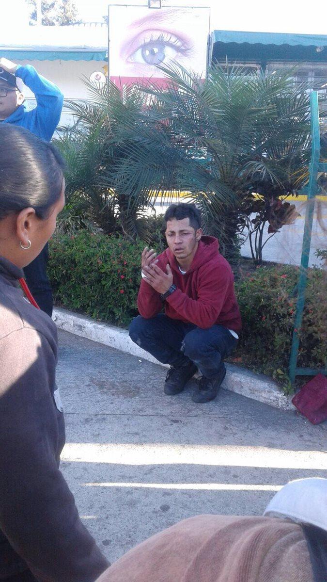 Las personas aseguran que el hombre se dedica a cometer asaltos en el sector y que en varias ocasiones lo han denunciado a la PNC. (Foto Prensa Libre: Amílcar Montejo)