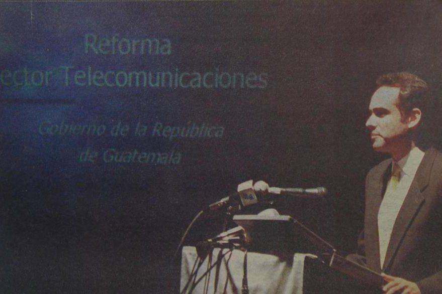 17/12/1997 Alfredo Guzmán, lee el procedimiento empleado en la subasta de la telefónica. (Foto: Hemeroteca PL)