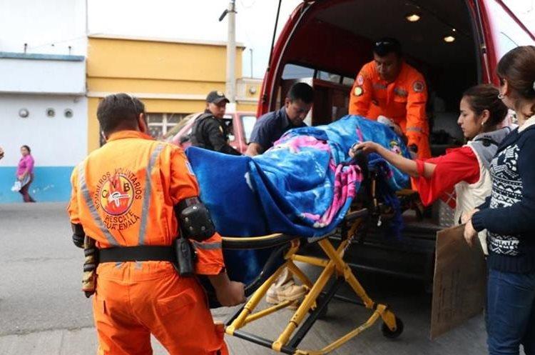 Socorristas trasladan a un hospital privado a la diputada de la UNE, Lucrecia Samayoa, quien se accidentó en la ruta Interamericana. (Foto Prensa Libre: Mike Castillo)