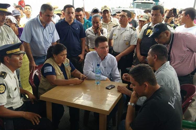 Gobernador de Petén se reúne con pobladores de Dolores debido a descontento por eleccion municipal. (Foto Prensa Libre: Twitter @SoloSoyWommy_)