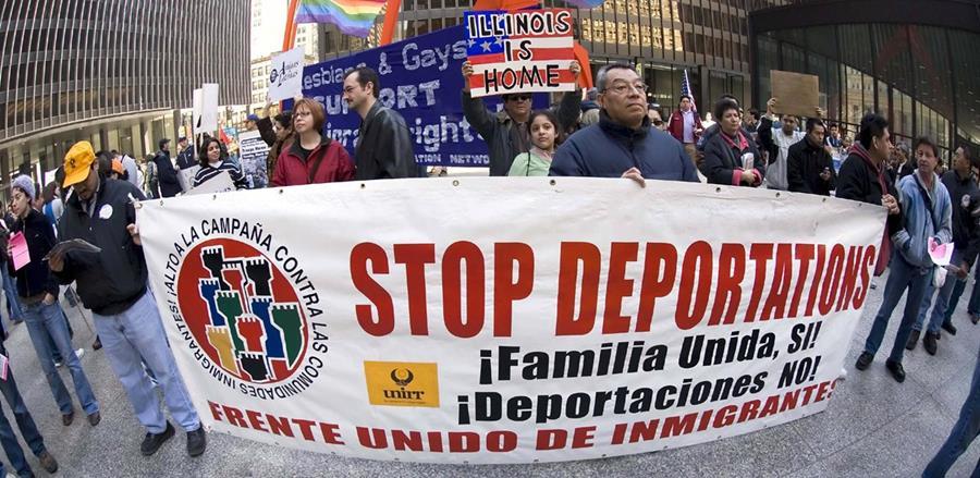 Activistas proinmigrantes manifiesta para pedir fin a las deportaciones en EEUU.