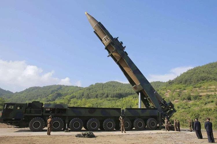 El misil balístico intercontinental, Hwasong-14 que Corea del Norte lanzó hacia el Mar de Japón.(EFE).