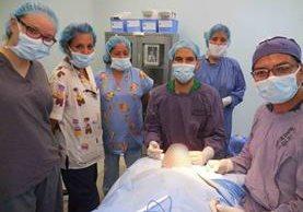 Equipo médico y enfermeras del Hospital General San Juan de Dios que apoyaron en el transplante de piel artificial. (Foto Prensa Libre: Cortesía Carlos Quintero)