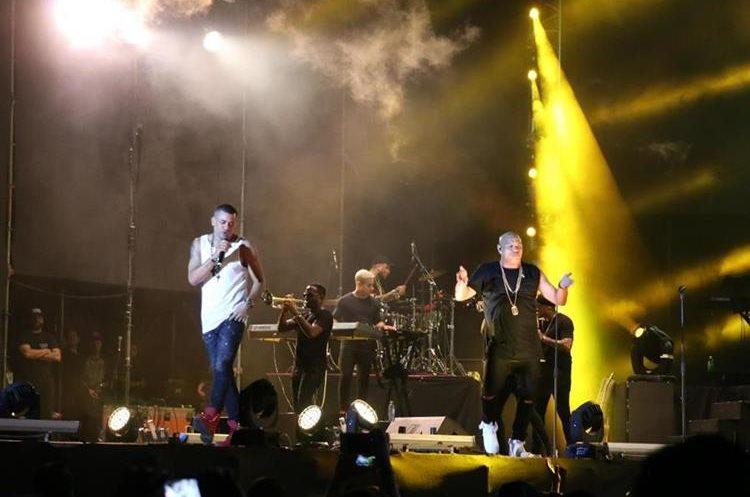 Gente de Zona con sus ritmos tropicales motivó al público. (Foto Prensa Libre: Carlos Paredes)