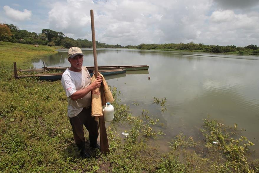 Eugenio Peraza, agricultor y pescador de Cana‡n Sayaxche, Peten. expres— que las autoridades les indicaron que tienen prohibido pescar y no tienen una fecha espec'fica para poder hacerlo de nuevo.  a seis d'as de que comenzara la muerte masiva de peces en el r'o La Pasi—n, la contaminaci—n continœa avanzando.   Fotografia: Paulo Raquec    14/06/2015