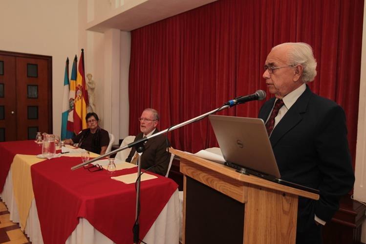 Mario Antonio Sandoval pronuncia un discurso en el acto de toma de posesión de la nueva directiva de la AGL. (Foto Prensa Libre: Edwin Castro)