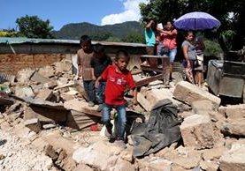 Vecinos observan una de las viviendas destruidas por el terremoto en La Democracia, Huehuetenango. (Foto Prensa Libre: Mike Castillo)