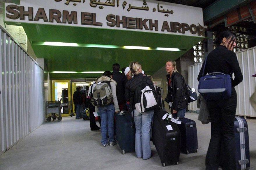 Turistas en el aeropuerto de Sharm El Sheij. Muchos de ellos han empezado a abandonar el lugar, lo cual afectará a la economía egipcia. (Foto Prensa Libre: EFE).