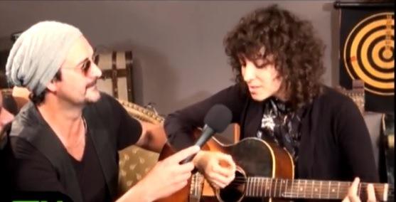 Gaby Moreno canta con imitador argentino de Ricardo Arjona en el programa Rock In TV. (Foto Prensa Libre: YouTube)