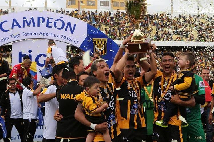Jugadores de The Strongest festejan al ganar el Torneo Apertura boliviano al vencer 2-1 a Bolívar. (Foto Prensa Libre: EFE)