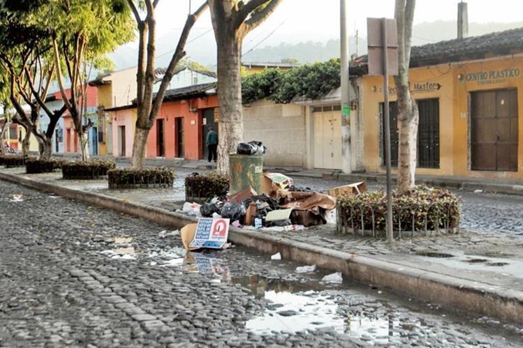 En las calles y parques se observa la acumulación de basura, que daña la imagen de Antigua Guatemala, Sacatepéquez.