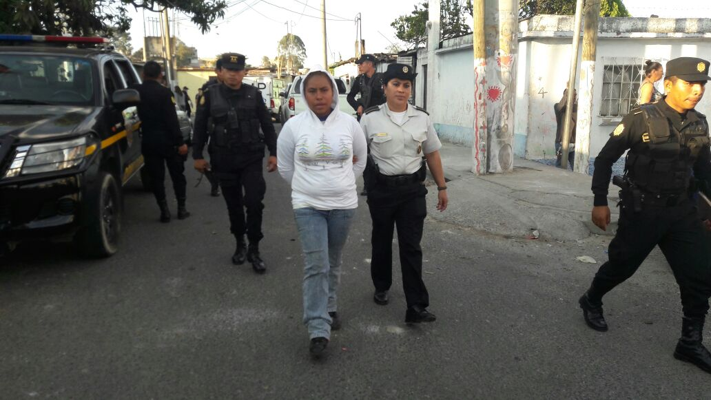 Una de las capturadas durante las pesquisas de la PNC y MP.(Foto Prensa Libre: cortesía)