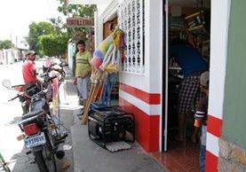 """<p>Vecinos de El Progreso se ven obligados a utilizar plantas de gasolina debido a los constantes apagones (Foto Prensa Libre: Héctor Contreras)<br _mce_bogus=""""1""""></p>"""
