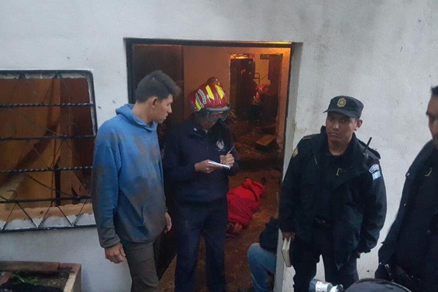 Socorristas y policía entrevistan a familiares y vecinos de la maestra. (Foto Prensa Libre: Asobomd)