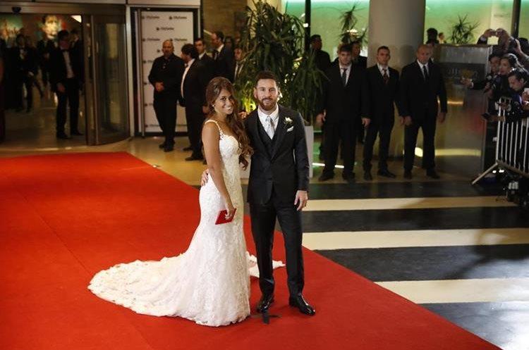 Los novios fueron captados por los medios al salir de la boda.