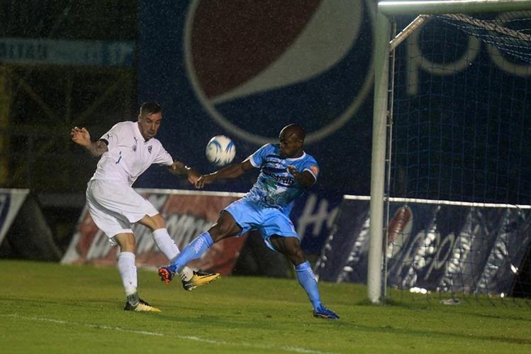 Néstor Martínez (celeste) es la fuerza del Deportivo Sanarate en la banda derecha. (Foto Prensa Libre: Carlos Vicente)
