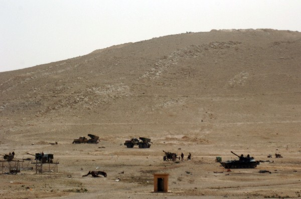 Despliegue de la tropa siria en un campo en la antigua ciudad de Palmira. (AFP).