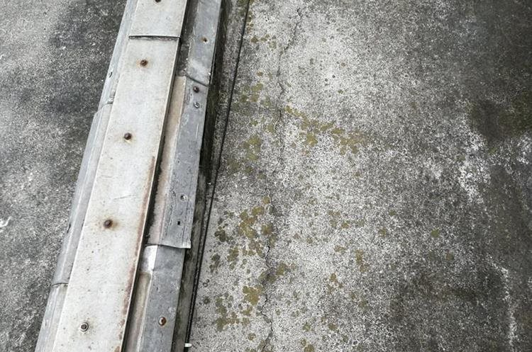 Una grieta fue descubierta en la losa del tercer nivel del Palacio. (Foto Prensa Libre: Carlos Álvarez)
