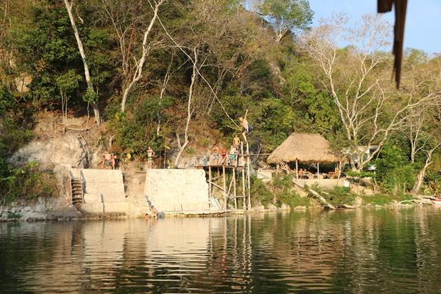 En el peñasco de El Arrozal, en San Miguel, Ciudad Flores, el turista puede lanzarse, con un lazo atado a un árbol,  a las aguas del lago Petén Itzá. (Foto Prensa Libre: Rigoberto Escobar)
