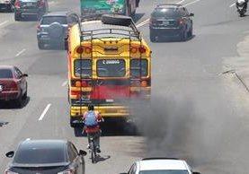 No existen regulaciones que eviten la excesiva emisión de gases y humo contaminante de los automotores en el país. (Foto Prensa Libre: Hemeroteca PL)