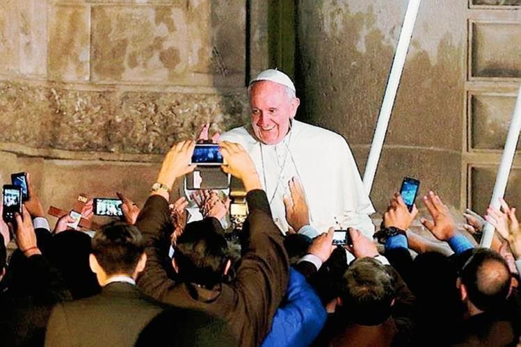 El papaFrancisco saluda a los fieles congregados en la plaza San Pedro, el Vaticano. (Foto Prensa Libre:AFP)