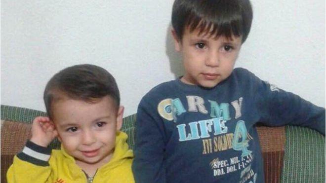 Alan Kurdi, en la izquierda, y su hermano Galib Kurdi, quien también falleció intentando llegar a las costas griegas. AP