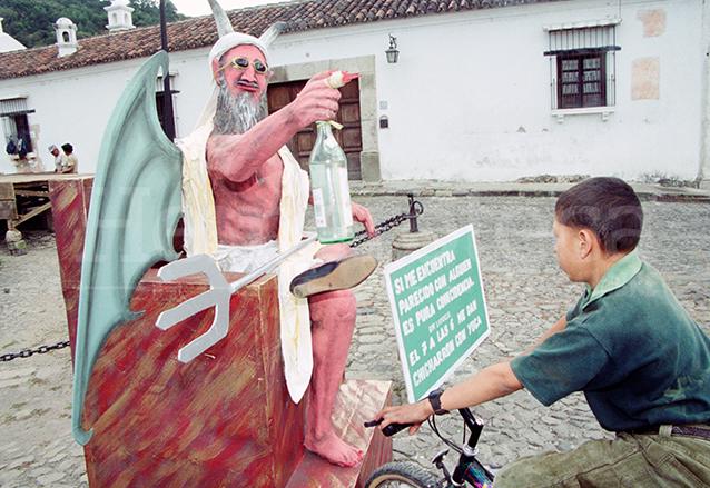 En Antigua Guatemala se realiza un monigote cuya figura varía año con año, en 2001 realizaron uno con forma de Osama Bin Laden. (Foto: Hemeroteca PL)
