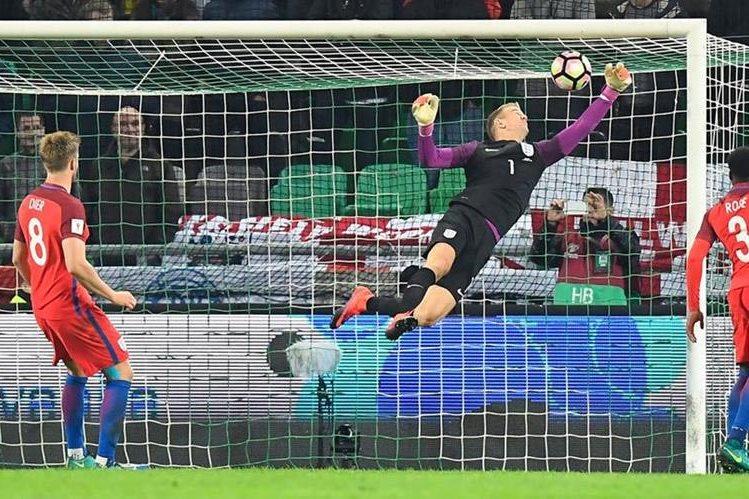 El portero inglés Joe Hart fue una verdadera muralla para los eslovenos, en el duelo que terminó empatado a cero goles. (Foto Prensa Libre: AFP)