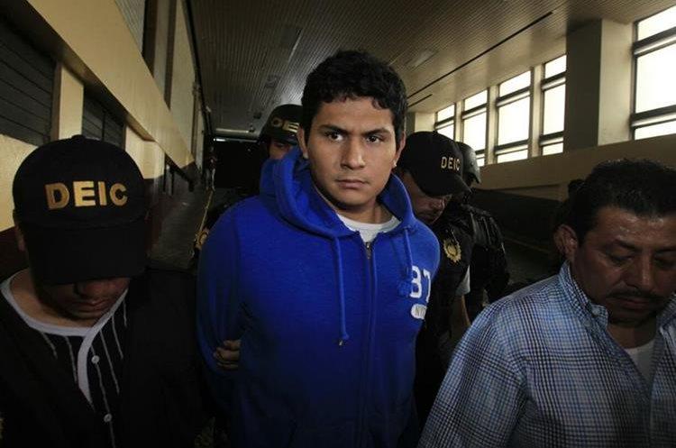 Jabes Meda Maldonado es custodiado por la PNC hacia el Juzgado de Turno. (Foto Prensa Libre: Carlos Hernández)