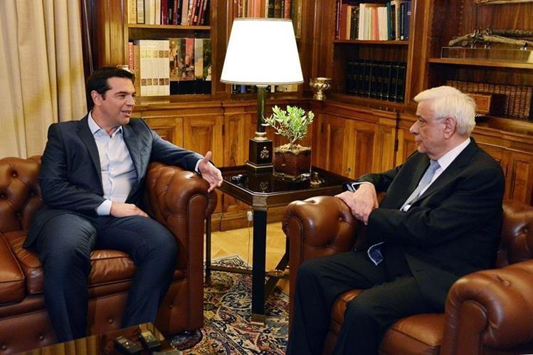 Alexis Tsipras, primer ministro griego (izaquierda), habla con el presidente del país, Prokopis Pavlopoulos (derecha), en el Palacio Presidencial a quien le presenta su renuncia. (Foto Prensa Libre: AFP).