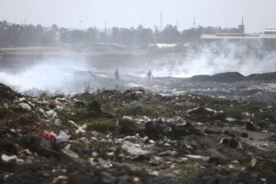 Por la gran cantidad de productos químicos que son lanzados a la basura, los basureros suelen incendiarse con mucha frecuencia lo que ocasiona la contaminacion del aire, como el caso de este, ubicado en la India. (Foto Prensa Libre: AP).