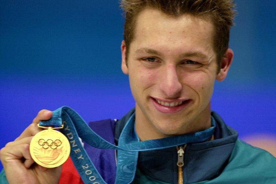 Ian Thorpe muestra una de las medallas conseguidas en los Juegos Olímpicos de Sydney en 2000. (Foto: AP)