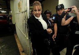Blanca Stalling al salir de una audiencia en Tribunales. Foto Prensa Libre: Hemeroteca PL