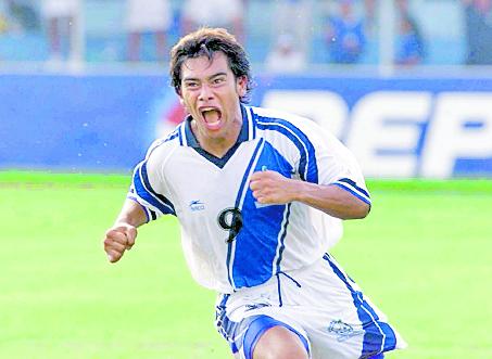 Carlos Ruiz siempre se caracterizó por festejar de manera eufórica después de anotar. Su último gol lo marcó en eliminatoria mundialista, frente a San Vicente y las Granadinas. (Foto Prensa Libre: Hemeroteca PL)