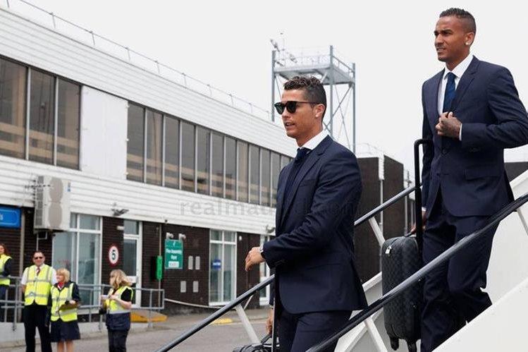Cristiano Ronaldo y Casemiro bajan del avión a su llegada a Cardiff para la final de la Liga de Campeones de Europa. (Foto Prensa Libre: Real Madrid)