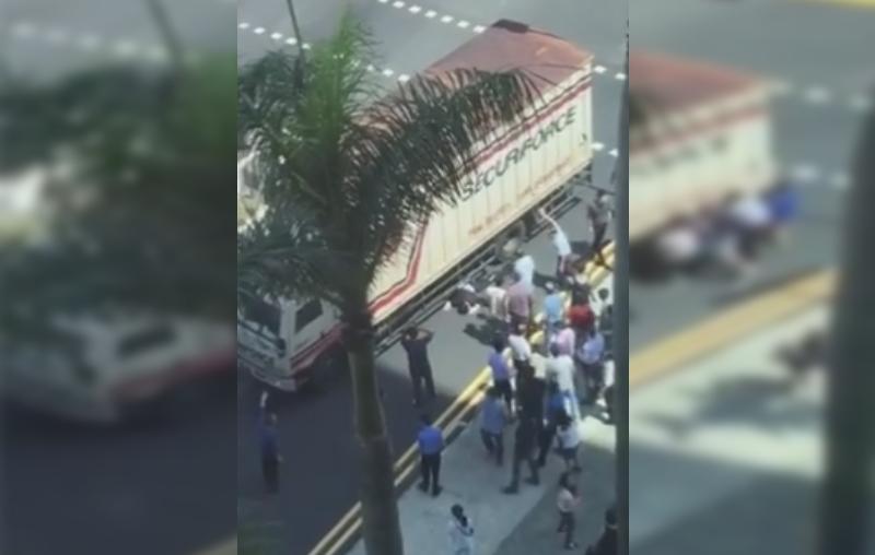 Más de 20 hombres levantan un camión para rescatar a una persona. (Foto Prensa Libre: Facebook)