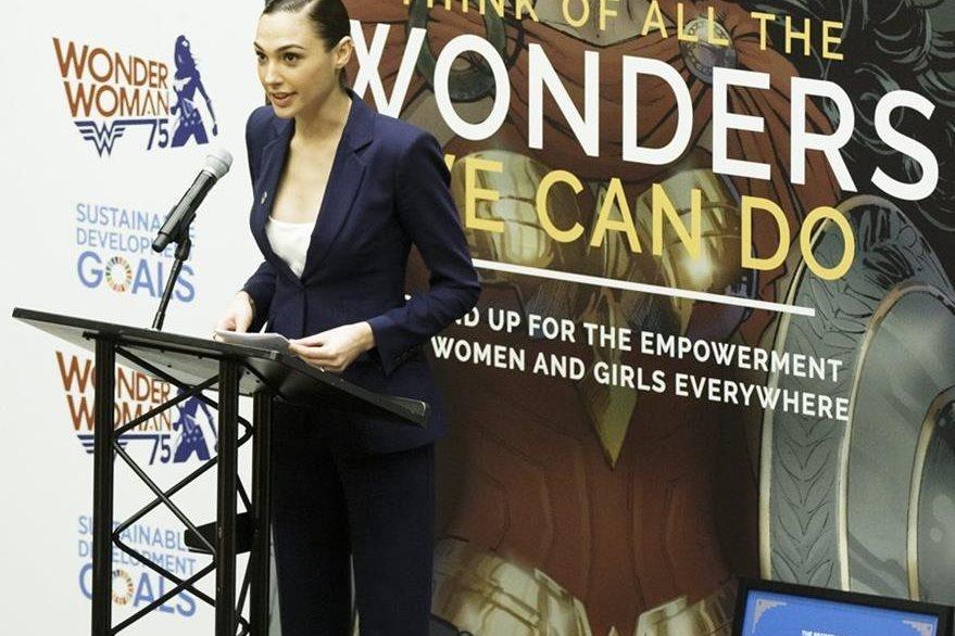 """La actriz israelí, Gal Gadot, pronuncia su discurso durante un evento en el que """"Wonder Woman"""", el popular personaje de cómic, se nombró oficialmente como nueva embajadora honorífica para el Empoderamiento de las Mujeres y Niñas, en la sede de Naciones Unidas en Nueva York. Foto Prensa Libre: EFE"""