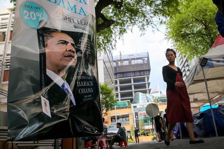Una mujer pasa frente a un anuncio de la visita de Obama a Vietnan, el domingo. (Foto Prensa Libre: EFE).