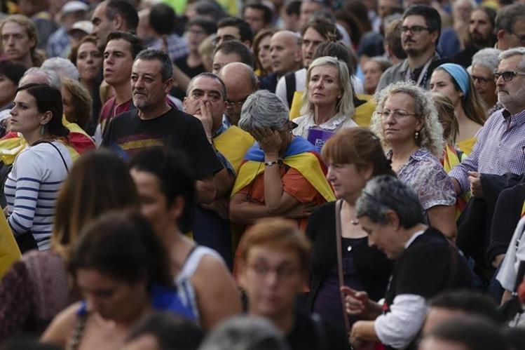 Independentistas se muestran decepcionados tras el discurso de Puidgemont en el Parlamento. (Foto Prensa Libre: EFE)