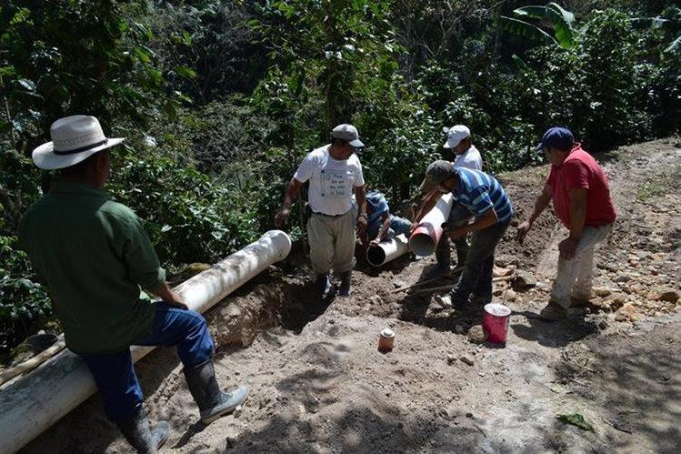 Vecinos y trabajadores municipales observan los daños en la tubería de agua entubada, por la cual se abastece a gran parte de la población de Esquipulas. (Foto Prensa Libre: Mario Morales)