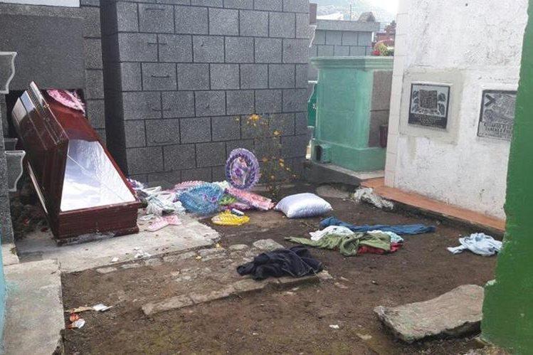 Féretro de mujer inhumada en San Pedro Sacatepéquez fue abierto por saqueadores. (Foto Prensa Libre: Aroldo Marroquín)