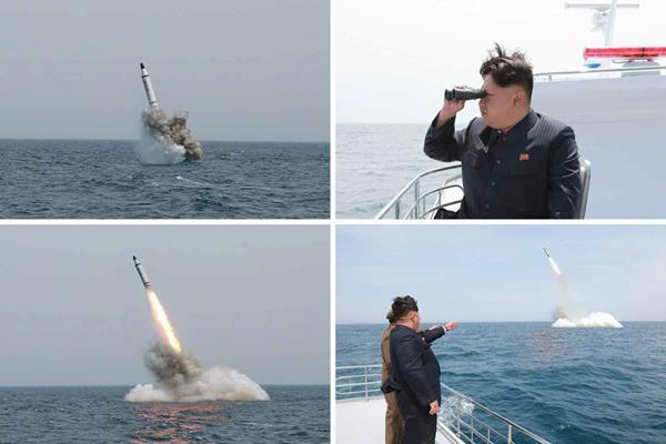 Combo de imágenes que muestro el lanzamiento de misiles y la supervisión que de los mismos hace el líder norcoreano Kim Jong-un. (Foto Prensa Libre: EFE).