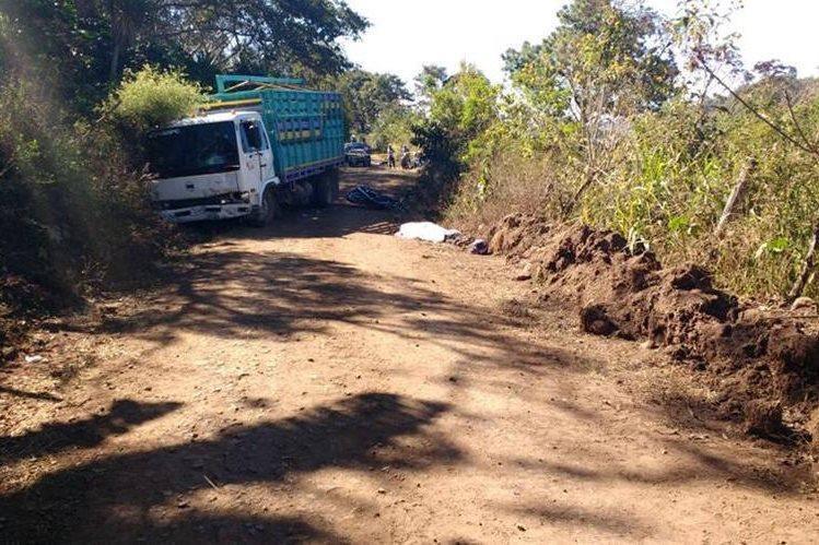 Lugar en el que ocurrió el accidente, a la derecha el camión y a la izquierda la motocicleta junto al cuerpo de Cervantes. (Foto Prensa Libre: Hugo Oliva)