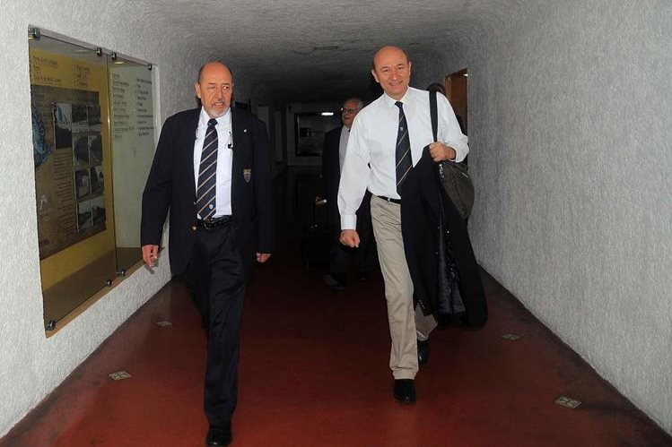 Rafael Robles -Izquierda- junto a otros de los miembros del comité ejecutivo de la Federación Internacional de Medicina Deportiva. (Foto Prensa Libre: Carlos Vicente)