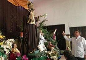 El párroco Miquel Cortés señala la imagen de San Antonio de Padua que se venera en la iglesia del barrio San Antonio, zona 6 capitalina. (Foto Prensa Libre: Oscar Fernando García).