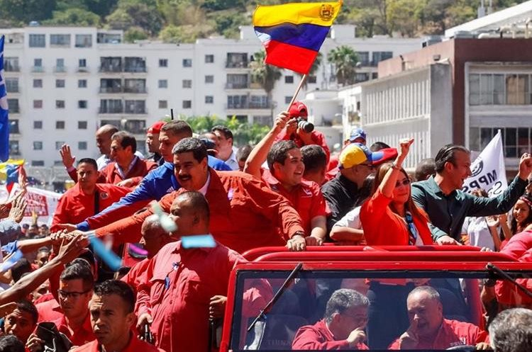 Maduro (c-i), saluda a simpatizantes al llegar a la sede del Consejo Nacional Electoral en Caracas, Venezuela.(EFE).