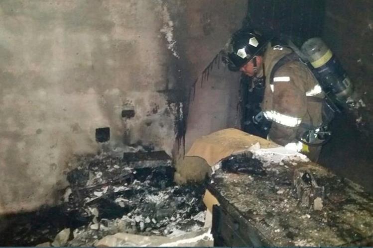 Un socorrista revisa una de las áreas más afectadas por el incendio en el casino Cesar Palace. (Foto Prensa Libre: Whitmer Barrera)